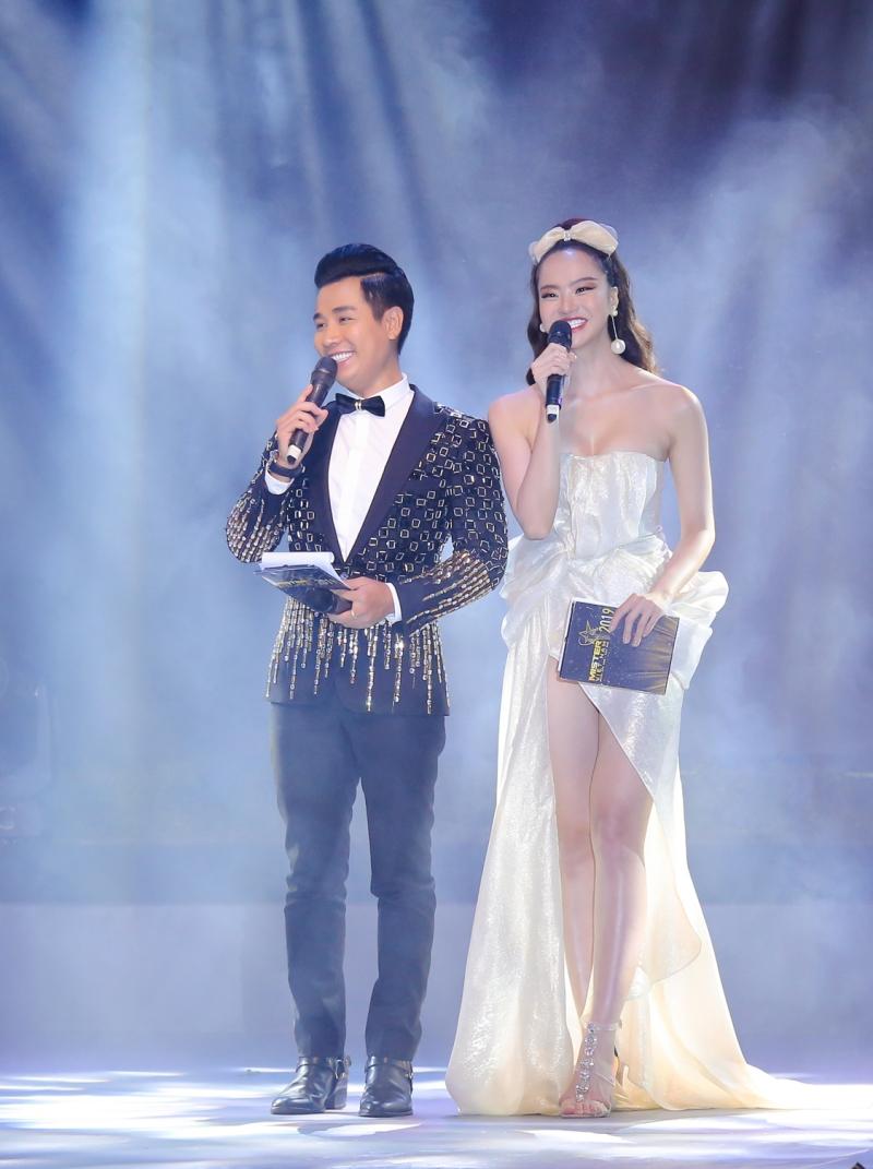Nguyên Khang tinh nghịch hôn 'đàn chị' Thu Minh trong hậu trường chung kết Mister Vietnam 7