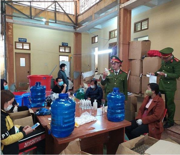 Phát hiện cơ sở sản xuất hàng ngàn chai nước rửa tay chống virus corona giả